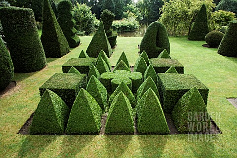 TOPIARY_GARDEN_BASED_ON_EUCLIDEAN_GEOMETRY__IN_YEW_TAXUS_BACCATA_AND_BOX_BUXUS_SEMPERVIRENS__