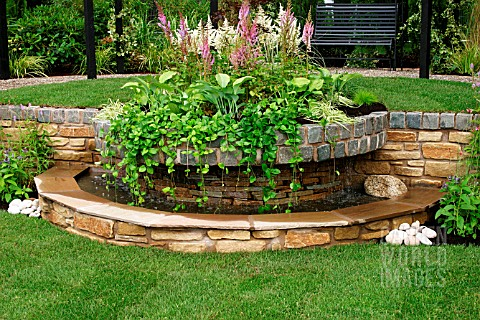 SLOPING_SMALL_GARDEN_WITH_ROUND_STONE_POOL