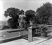 THE PAVED TERRACE AT ROTHERFIELD HALL. THE HOUSE WAS BUILT IN 1535 AND WAS ALTERED IN 1666. THE GARDENS WERE LAID OUT BY INIGO THOMAS IN THE LATE 19TH CENTURY.