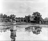 ONE OF THE PAVILIONS AND STATUE OF NEPTUNE IN THE GARDEN AT WESTBURY COURT. THE DUTCH STYLE FORMAL WATER GARDENS WERE LAID OUT BETWEEN 1696 AND 1705 FOR MAYNARD COLCHESTER.