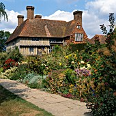THE EAST FRONT OF GREAT DIXTER WITH A RECONSTRUCTED 16TH CENTURY HOUSE MOVED FROM KENT ON THE LEFT. THE ORIGINAL 15TH CENTURY HOUSE WAS COMBINED WITH THIS 16TH CENTURY HOUSE AND THEN ADDED TO BY SIR EDWIN LUTYENS IN 1910-1914