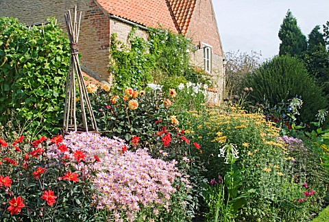 AUTUMN_BORDER_AT_WAKEFIELDS_IN_SEPTEMBER_WITH_CHRYSANTHEMUMS_DAHLIAS_AND_OTHER_AUTUMN_PERENNIALS