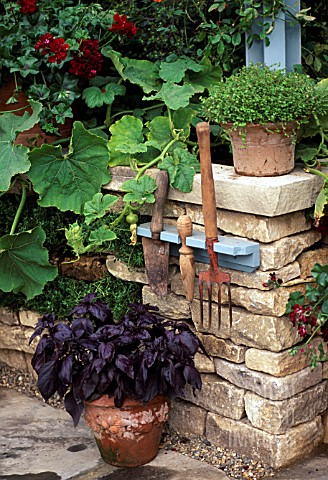GARDEN_TOOL_HOLDER_ON_WALL