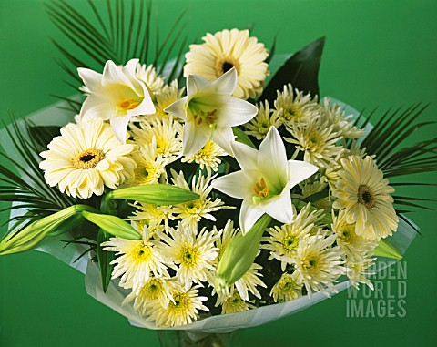 CREAM_THEMED_FLOWER_ARRANGEMENT_GREEN_BACKGROUND