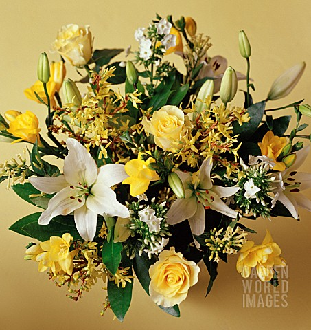 YELLOW_AND_WHITE_THEMED_FLOWER_ARRANGEMENT