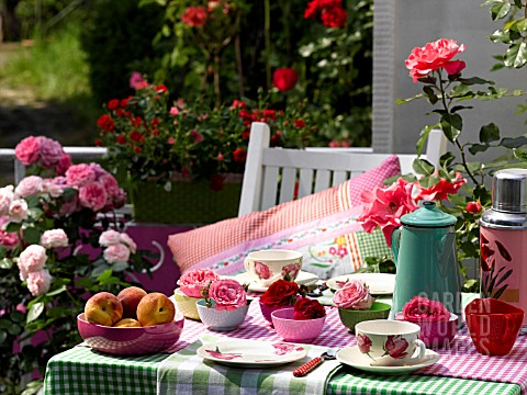 COLOURFUL_BALCONY_TABLE_WITH_ROSES