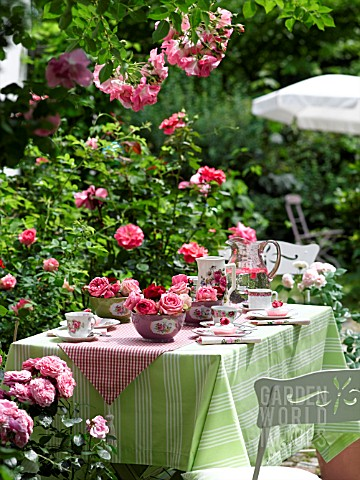 GARDEN_TABLE_EMBELLISHED_WITH_ROSES
