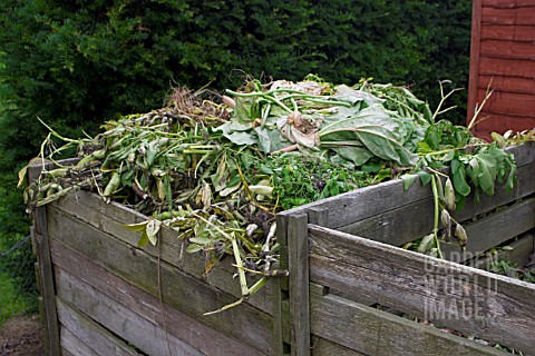 MAKING_COMPOST_WITH_GARDEN_WASTE