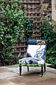 THE DRAWING ROOM GARDEN  URBAN LONDON GARDEN  DECORATIVE COMFORTABLE CHAIR  DESIGNED BY: EARTH DESIGNS.