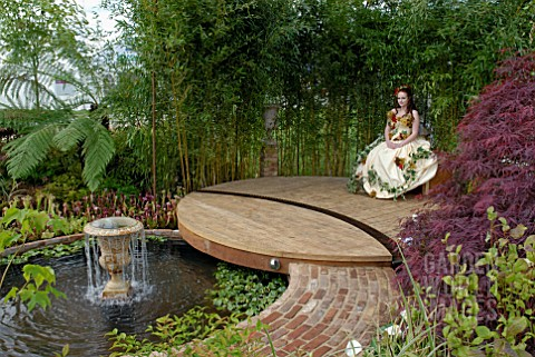 FASHION_MODEL_IN_SHOW_GARDEN_AT_MALVERN_SPRING_SHOW_2009_DESIGN_BY_JAMES_STEED
