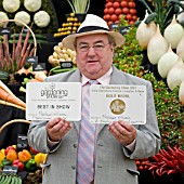 MEDWYN WILLIAMS WITH HIS BEST IN SHOW VEGETABLES AT LLANGOLLEN GARDENING SHOW 2007