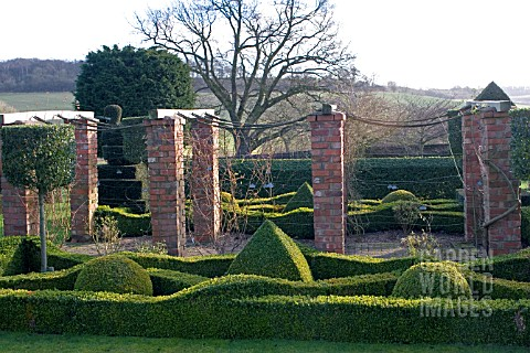TOPIARY_AT_FELLEY_PRIORY__NOTTINGHAM