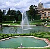 THE WATER TERRACE AT BLENHEIM PALACE,  PONDS FOUNTAIN AND BUXUS PARTERRE. CLIPPED TAXUS TO REAR.