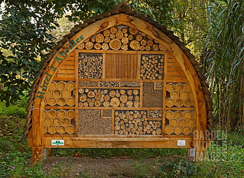 HOTEL_FOR_WILD_BEES_AT_THE_JARDIN_DES_PLANTES_PARIS