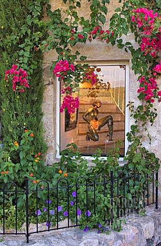 SMALL_FRONT_GARDEN_IN_FRONT_OF_GALLERY_WINDOW_ST_PAUL_DE_VENCE_FRANCE