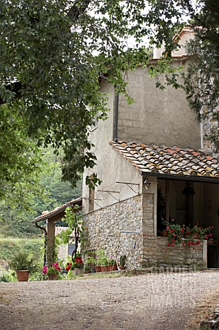 RUSTIC_TUSCAN_FARMHOUSE_AND_GARDEN___WITH_PELARGONIUMS_