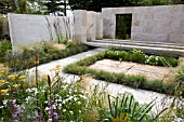 THE TRAVELLERS GARDEN, HAMPTON COURT PALACE FLOWER SHOW 2008, DESIGNED BY AMANDA PATTON, AWARDED SILVER GILT