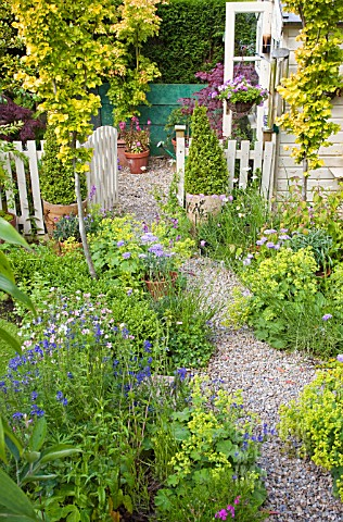 GRAVEL_PATH_TO_SUMMERHOUSE_AT_HIGH_MEADOW_GARDEN_