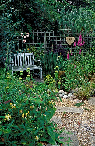 SEATING_AREA_IN_SMALL_GARDEN