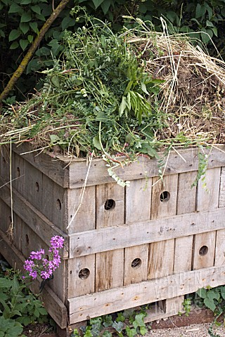 COMPOST_HEAP_CONTRUCTED_FROM_WOOD