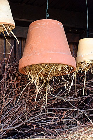 NESTING_AID_FOR_INSECTS_MADE_OF_CLAY_POTS_WITH_STRAW