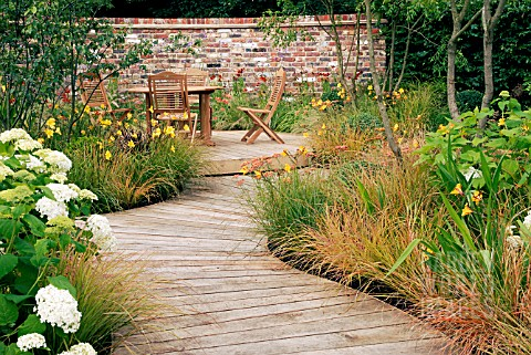 SCENE_IN_THE_UNWIND_GARDEN_ARUN_LANDSCAPES_LTD_AT_THE_HAMPTON_COURT_PALACE_FLOWER_SHOW__JULY_2007